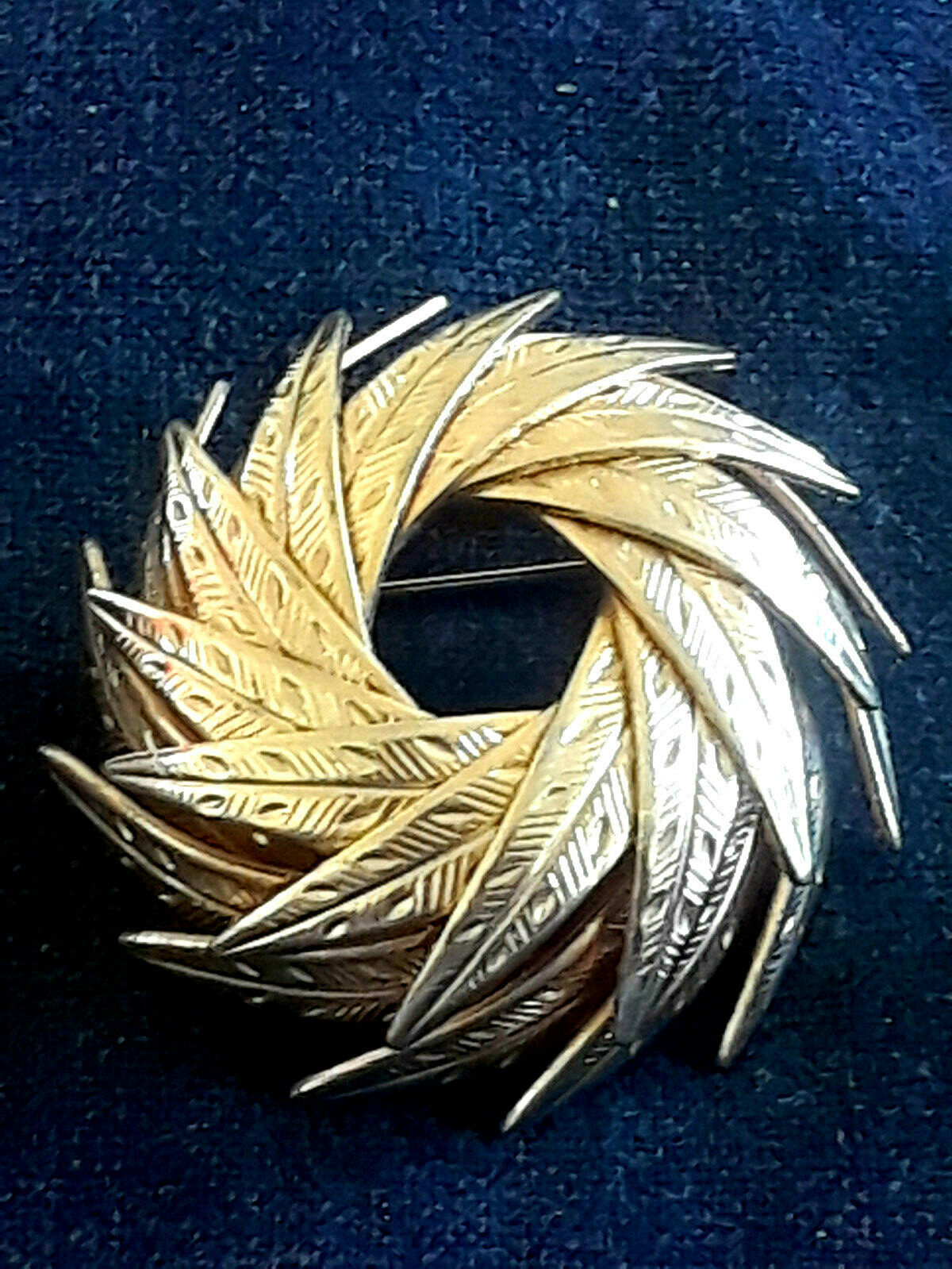 Vintage Very Unique SIgned Coro Wrapped Dimensional Leaves Gold Tone Pin Brooch