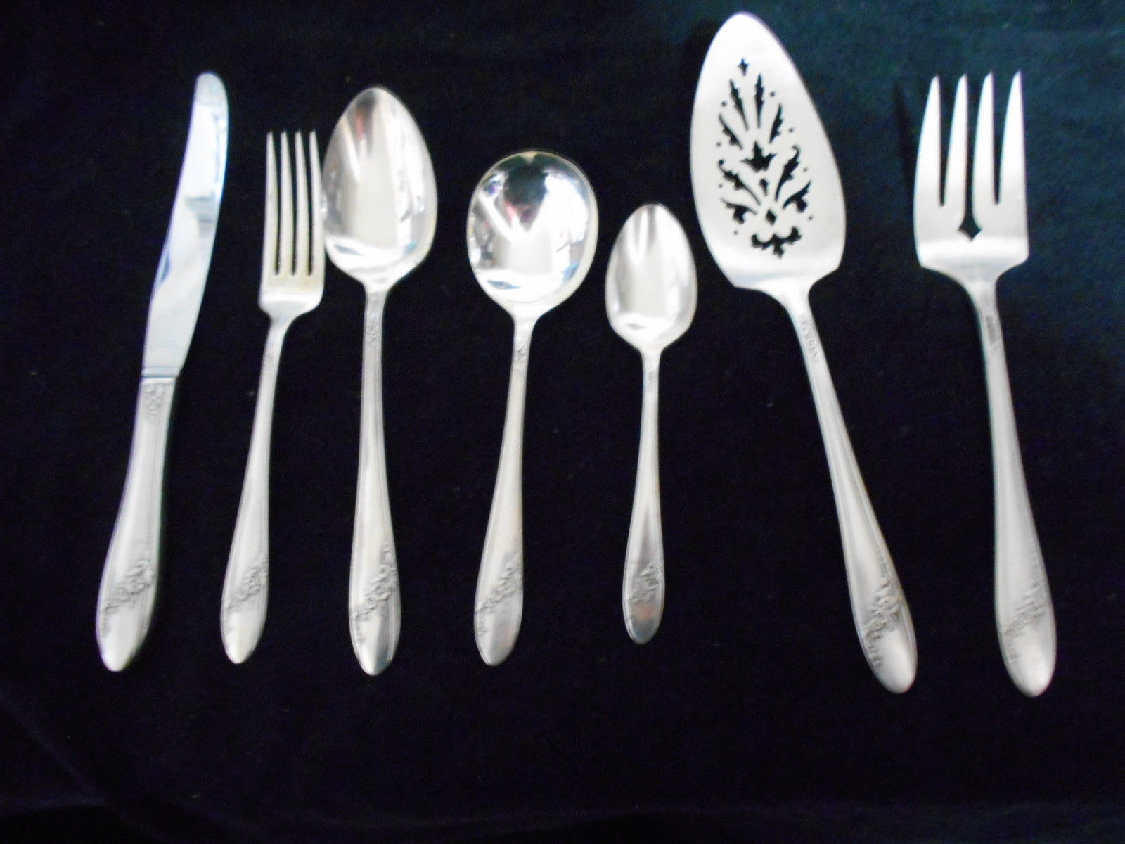 4 Vintage Solid Handle Dinner Knives Oneida Tudor Plate QUEEN BESSII Silverplate