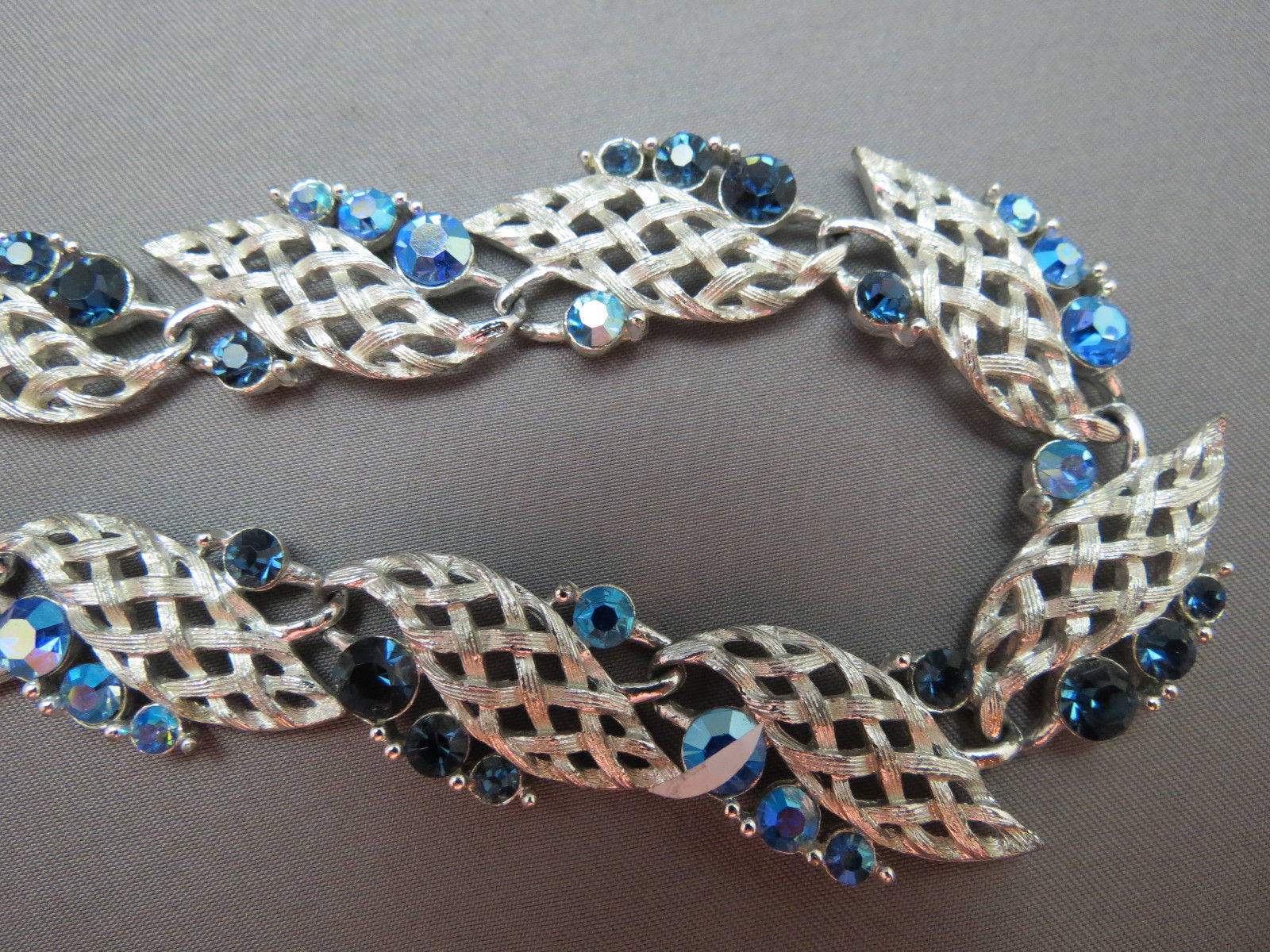"""VTG Lisner Blue AB Rhinestone Necklace Silver Links Designer 17"""" Leaf Motif Nice"""