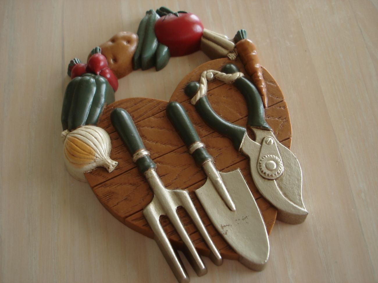 Home interiors garden tools vegetables heart wall plaque for Vegetable garden tools