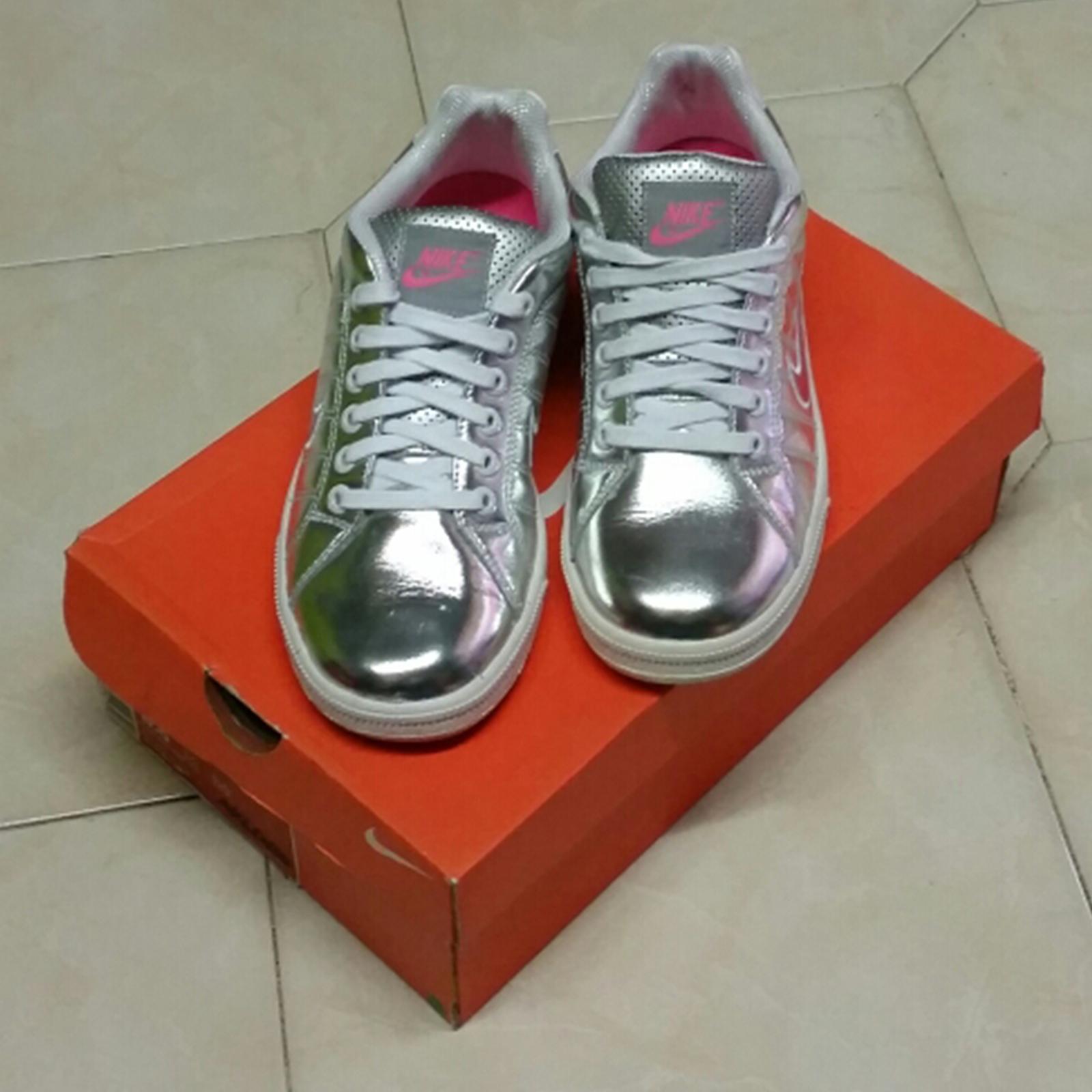 Nike - Sneaker basso in pelle argenteo e rifiniture fucsia