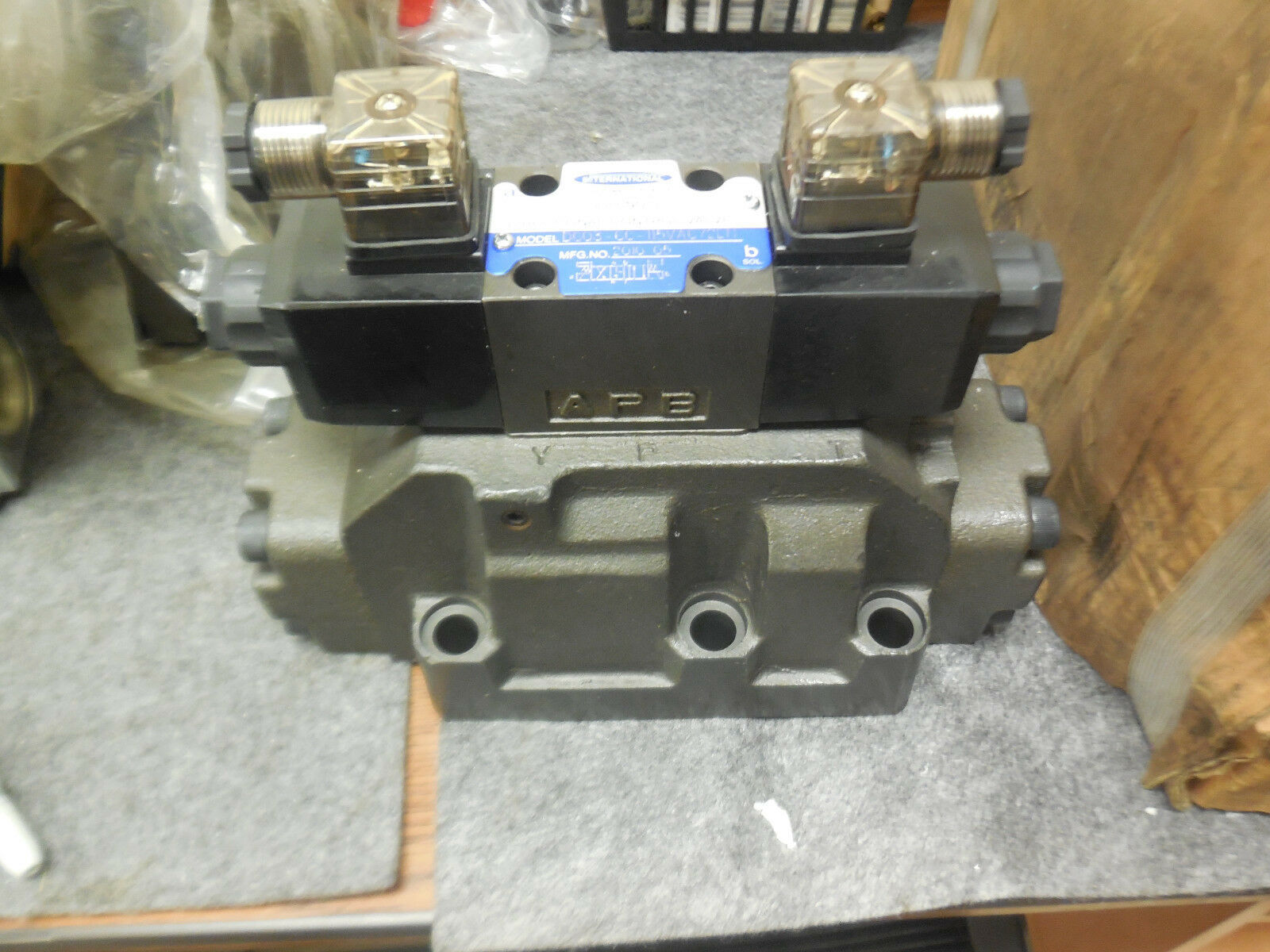 INTERNATIONAL DG08-8C-E-10 DIRECTIONAL CONTROL VALVE DG03-6C-115VAC72DN