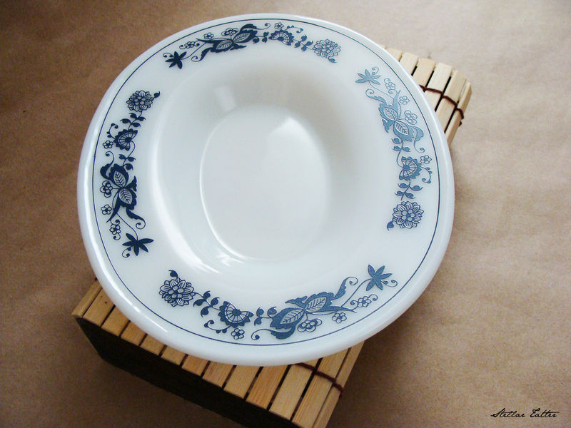 Pyrex VTG CORNING OLD TOWN ONION PATTERN BLUE WHITE GRAVY BOAT DISH PLATE