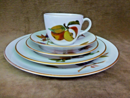 Royal Worcester Evesham Gold FIVE-PIECE Place Setting - $39.00