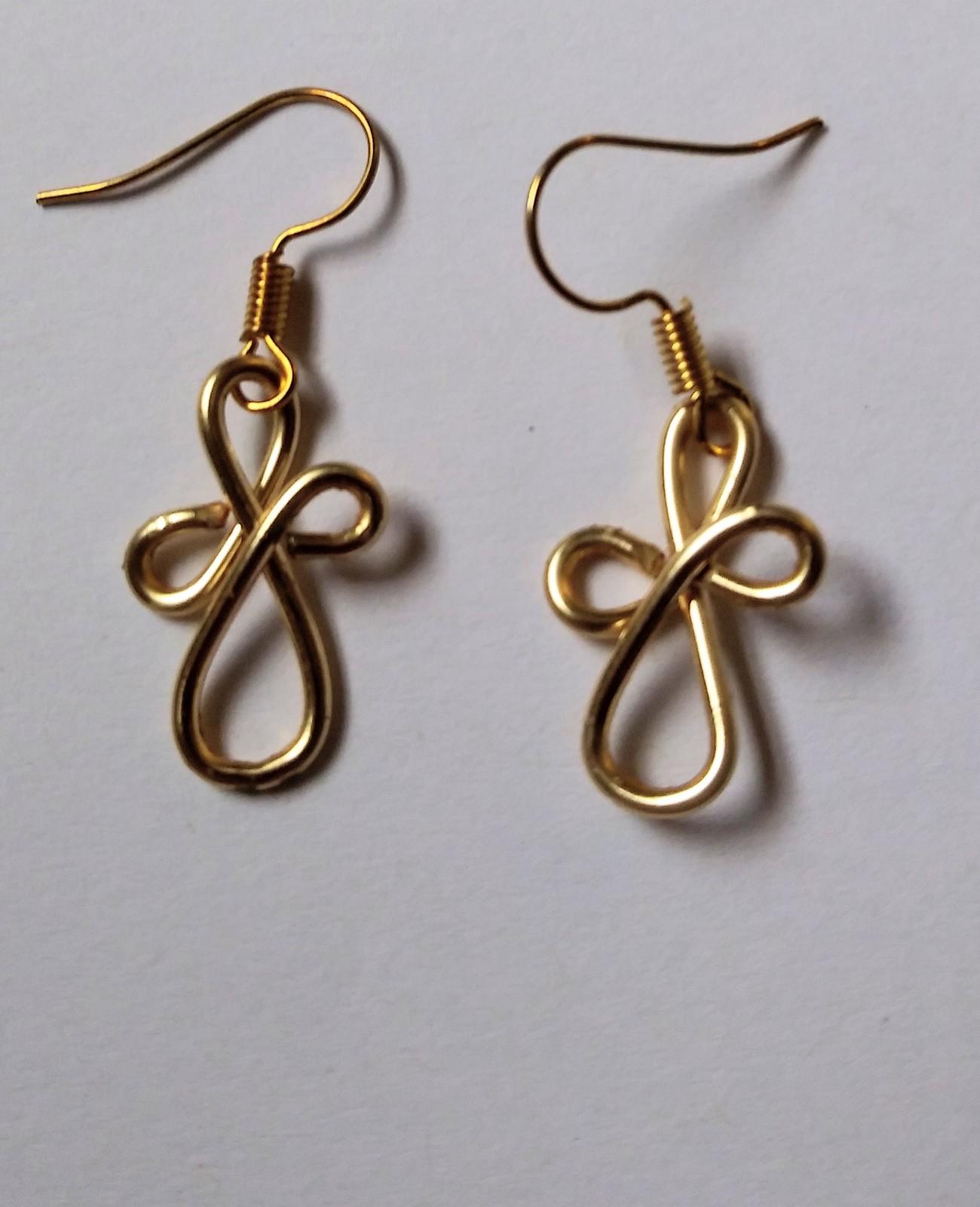 Gold wire design dangle earrings