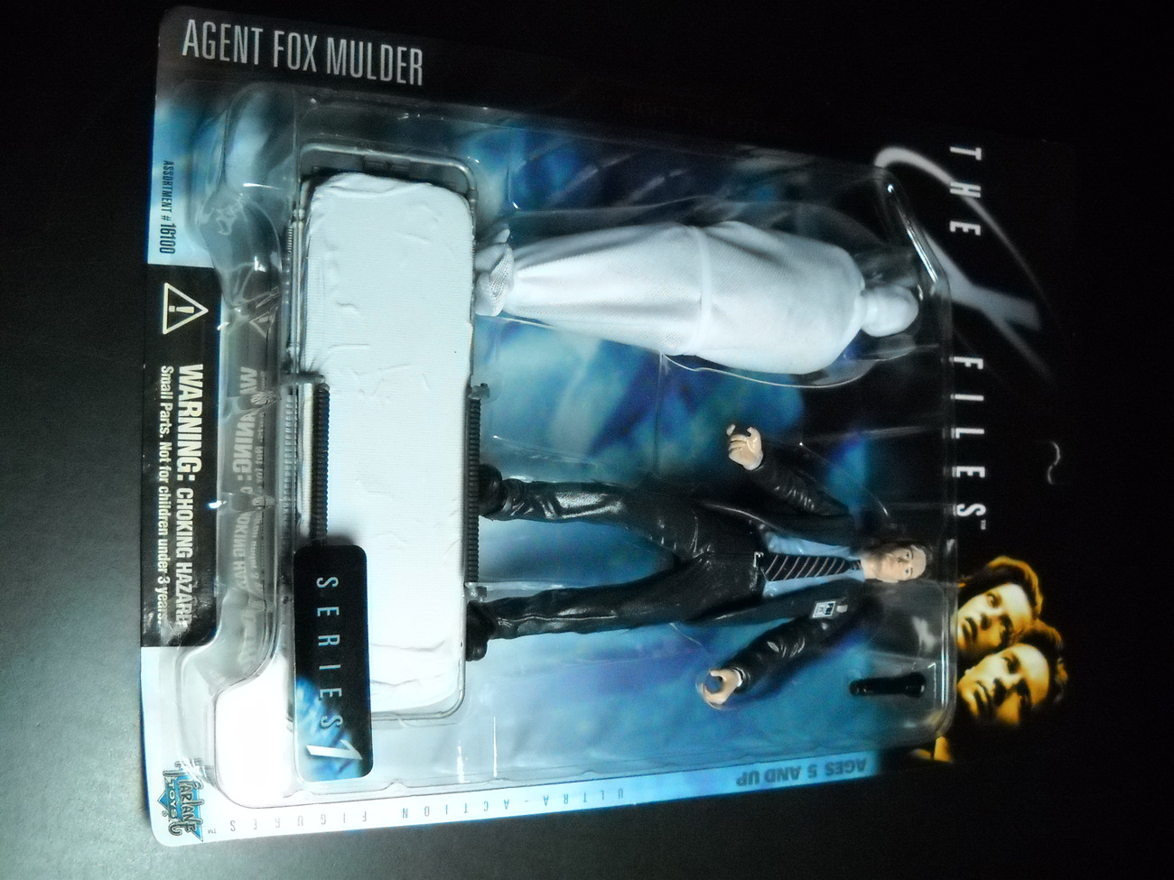 Toy x files mcfarlane 1998 series one agent fox mulder with shrouded figure moc 01