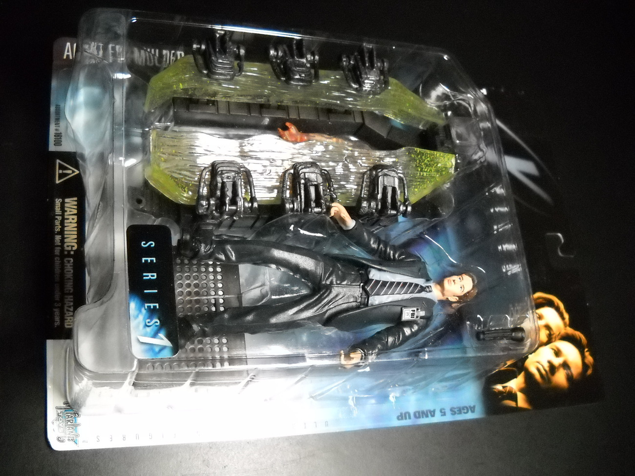 Toy x files mcfarlane 1998 series one agent fox mulder and pod chamber moc 01