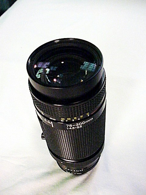 75-300mm f4.5-5.6 AF Nikkor Lens with built in Tripod Mount