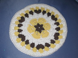 Round African Flower Potholder-Trivet in Yellow and Brown - €10,82 EUR