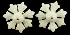 VINTAGE HATTIE CARNEGIE WHITE FLOWERS PLASTIC MOVABLE PETALS CLIP EARRINGS - $48.59