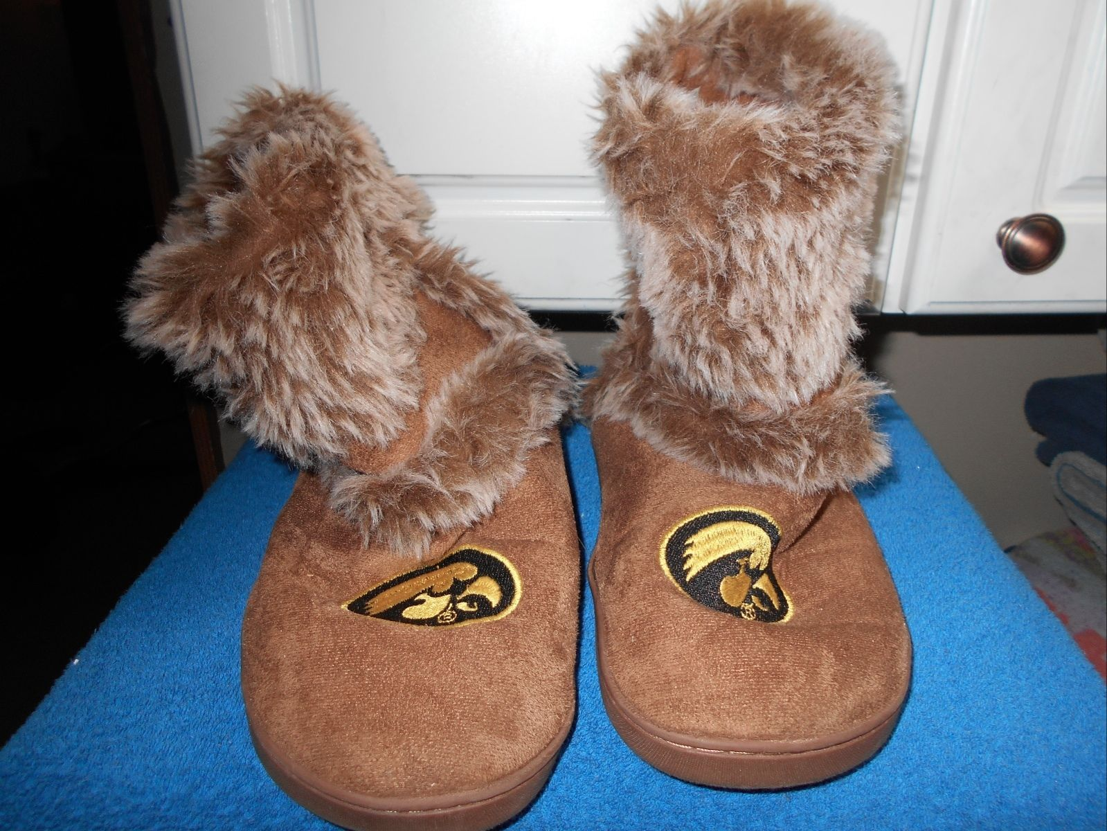 Primary image for Iowa Hawkeyes Womens Sz L 9 10  Fur Inside Suede Feel Boots
