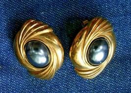 """Elegant Black Faux Pearl Gold-tone Swirl Pierced Earrings 1970s vintage 1"""" - $12.30"""