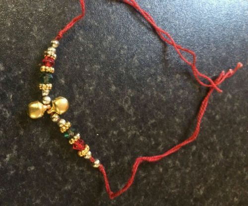 Good Luck Hindú rojo ribete con 2 colgante campana Pulsera Protección Amuletos