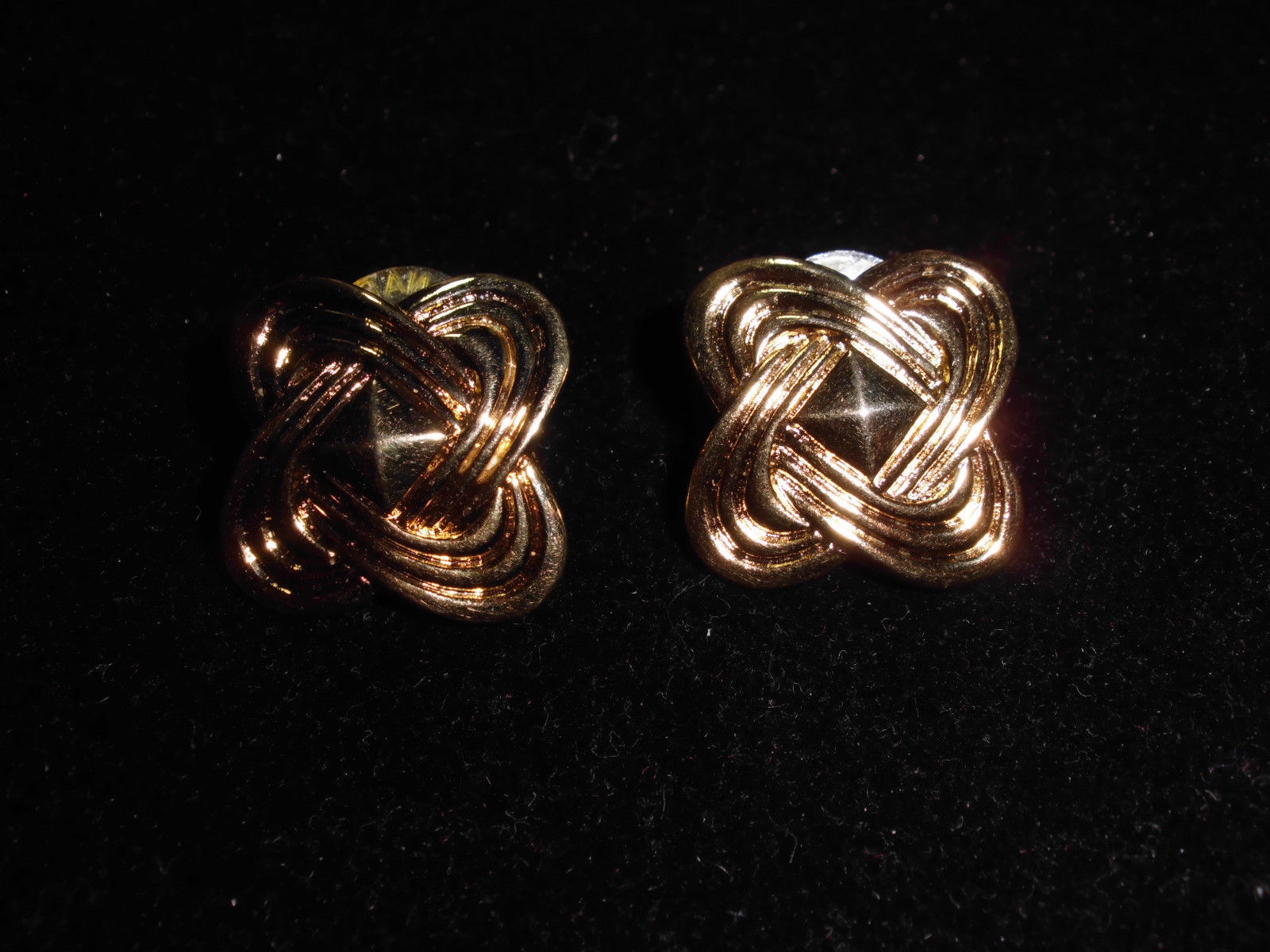 VTG Beautiful Pair of Avon Signed Gold Tone Toned Abstract Style Earrings