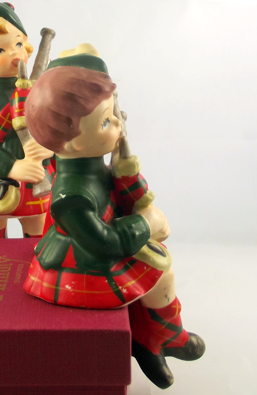Vintage Lefton China Scottish lad lass figurines 3930 and 3931 ceramic