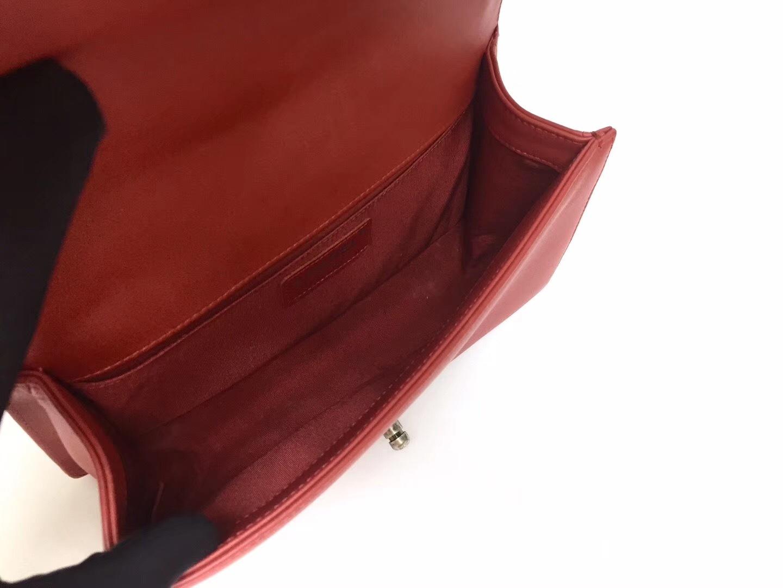 AUTHENTIC CHANEL 2018/2019 RED CHEVRON QUILTED CAVIAR MEDIUM BOY FLAP BAG RHW