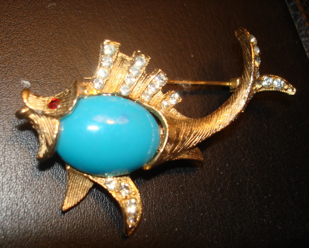 FABULOUS VINTAGE 1960's GOLD TONE RHINESTONE & CABOCHON BLUE STONE FISH BROOCH