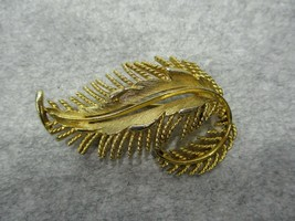 Vintage Lisner Signed Gold Tone Leaf Brooch Pin Costume Jewelry  - $9.99