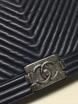 AUTHENTIC CHANEL DARK NAVY BLUE CHEVRON QUIILTED NEW MEDIUM BOY FLAP BAG SHW image 9
