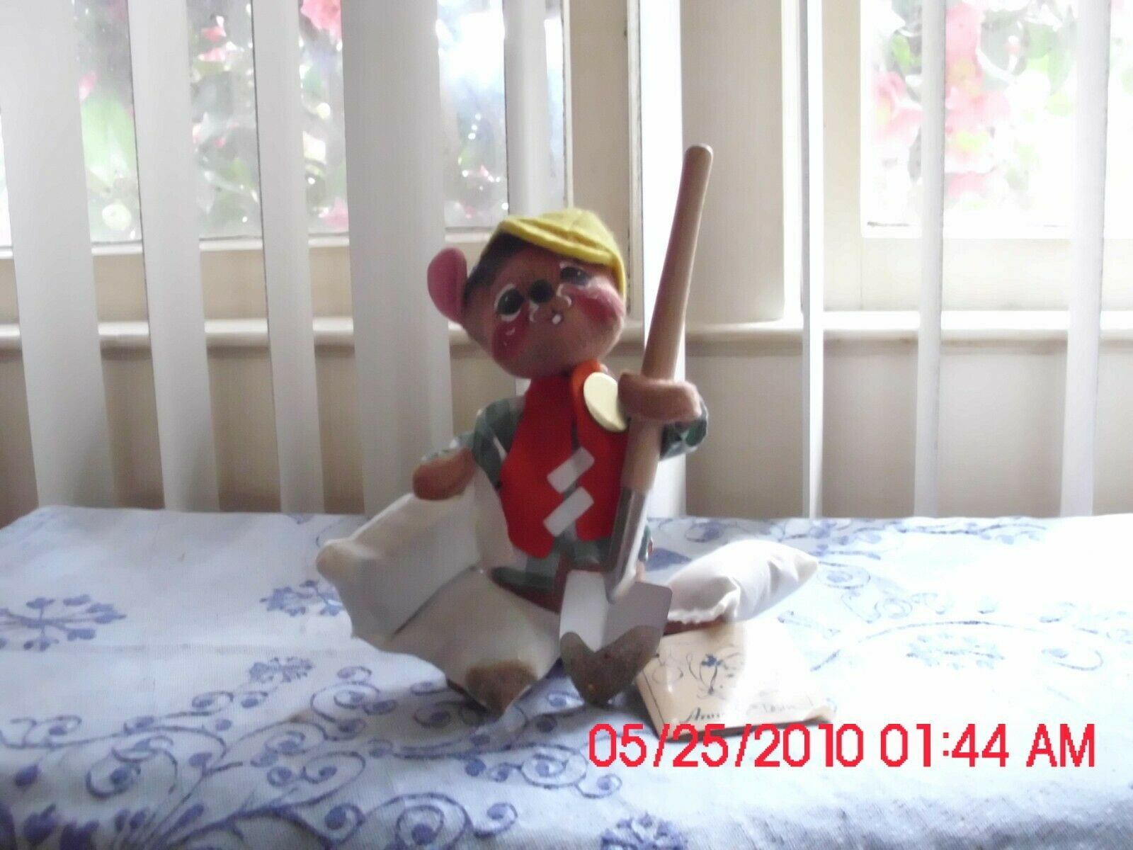EXCELLENT USED ANNALEE MOBILITEE DOLL 1993-MOUSE HOLDING SHOVEL AND BAGS - $9.79