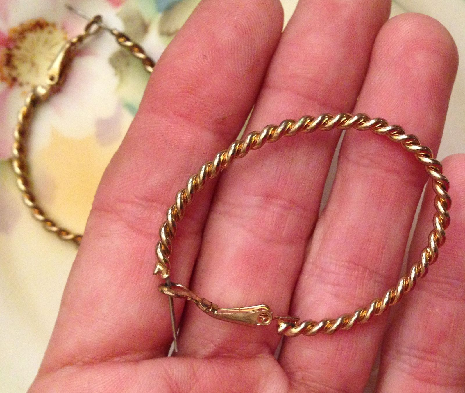 VTG 90s Gold Tone Rope/Twist Skinny Oval Large Hoop Leverback Pierced Earrings