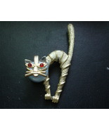 WHIMSICAL VINTAGE 1960's  METAL GOLDTONE KITTY SCAREDY CAT PIN BROOCH - $11.99