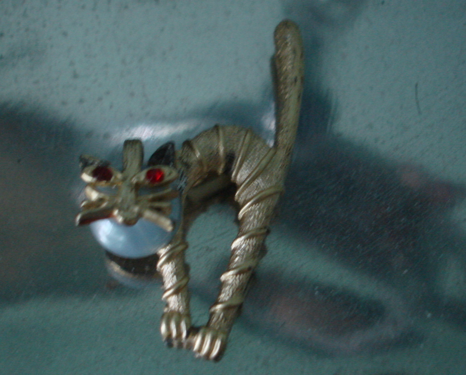 WHIMSICAL VINTAGE 1960's  METAL GOLDTONE KITTY SCAREDY CAT PIN BROOCH