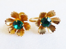 VTG GOLD TONE METAL & GREEN CRYSTAL FLOWER SCREW CLIP EARRINGS - $20.79