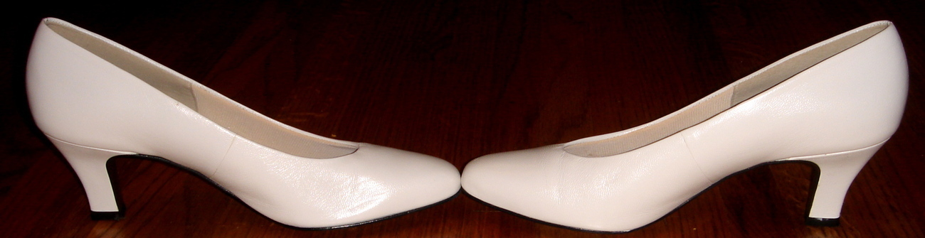 Pair of White Easy Spirit Dress Pumps ~ Size 8 2A/4A