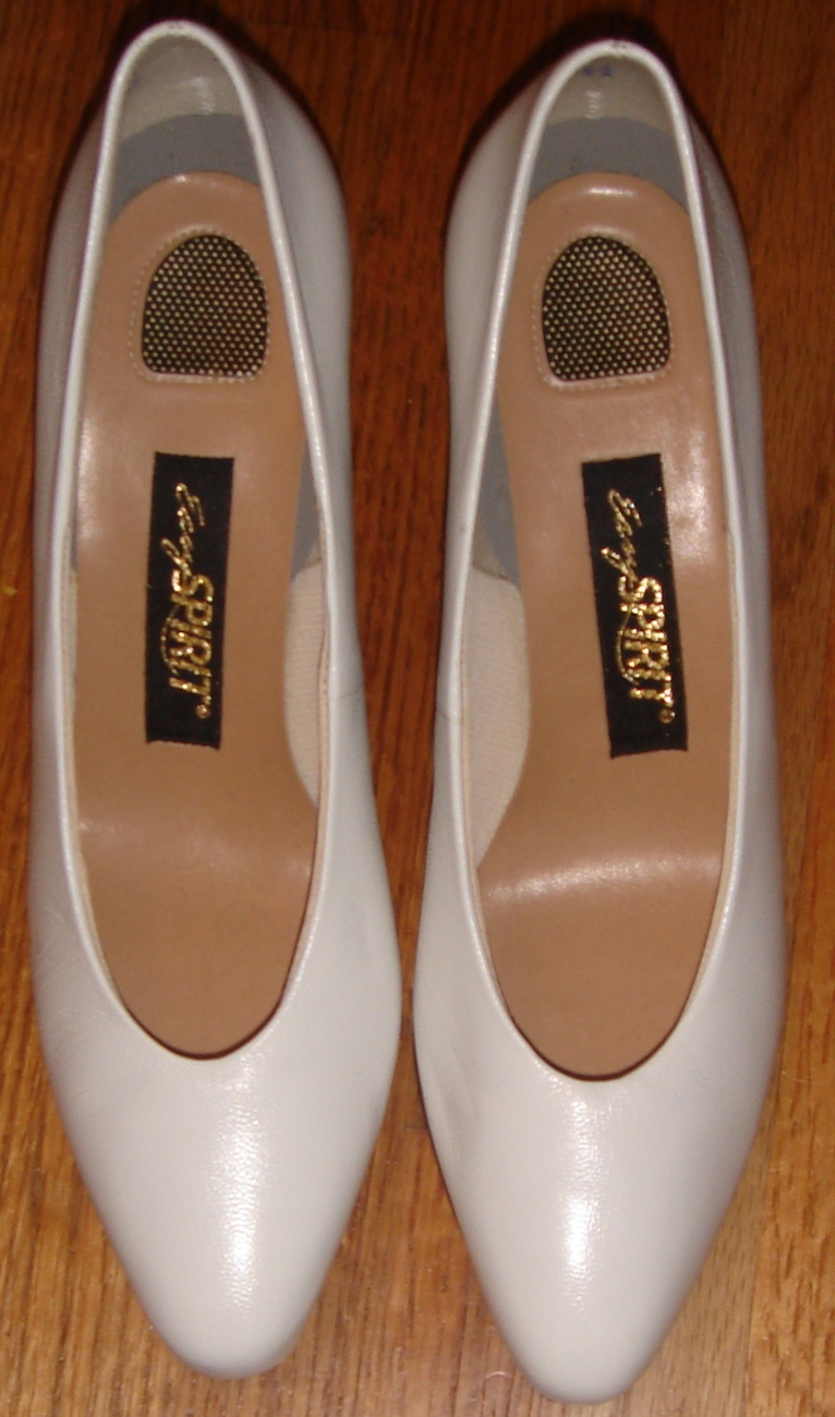 Primary image for Pair of White Easy Spirit Dress Pumps ~ Size 8 2A/4A