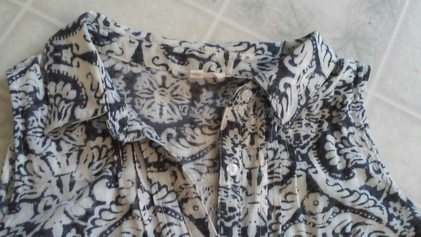 Mystree Anthropologie Blue Print Sleeveless Blouse. Lace Insert in Back Sz Small