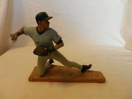 2003 Derek Jeter New York Yankees #2 Figurine Kneeling Throw Road Gray - $22.27