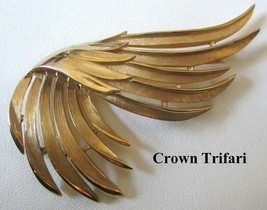Vintage 1950's Crown Trifari Brushed Gold Wing Shaped Brooch Pin - $19.79