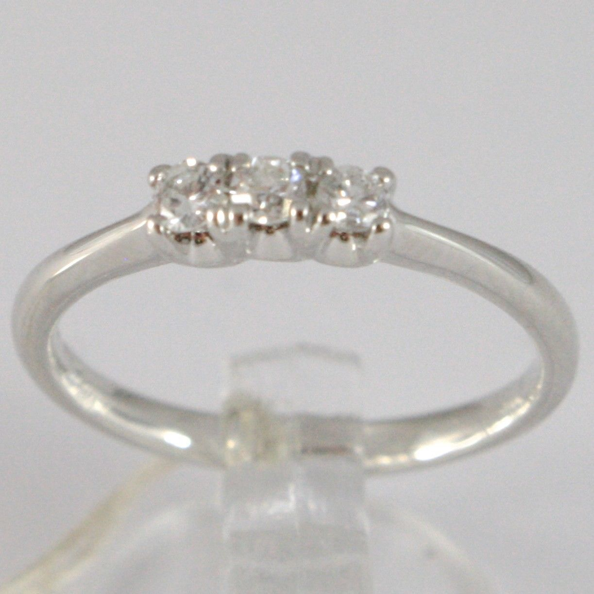 BAGUE EN OR BLANC 750 18K, TRILOGY 3 DIAMANTS CARAT EN TOUT 0.16, TIGE ARRONDIS