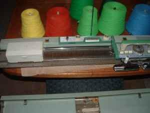 ANTIQUE SINGER KNITTING MACHINE MODEL 666 - Knitting Machines