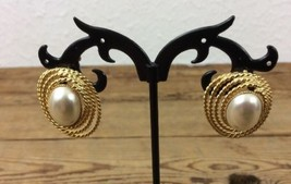 Vintage Oval Faux Pearl Gold Tone Swirl Design Post Earrings (H1) - €14,00 EUR