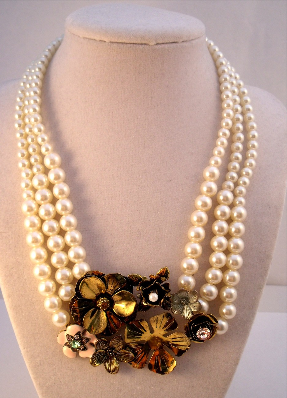 Triple strand faux pearl necklace with flower collage center