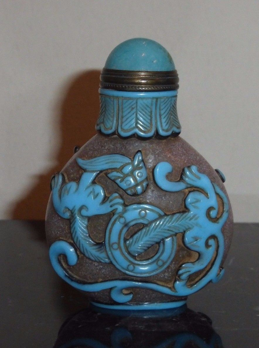 ANTIQUE CHINESE CARVED PEKING GLASS SNUFF BOTTLE WITH OVERLAY BLUE DRAGONS