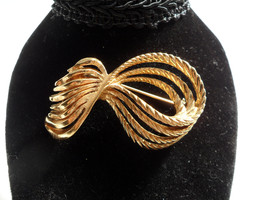 Monet Brooch Gold Broach Gold Rope Bow Brooch Elegant Mid Century Jewelry - $27.00