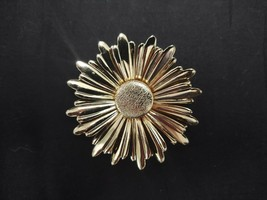 "VINTAGE SARAH COVENTRY DAISY SUN FLOWER GOLD TONE METAL BROOCH PIN 2.5"" ... - $18.99"