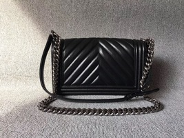 AUTHENTIC CHANEL BLACK LAMBSKIN CHEVRON LEATHER MEDIUM BOY FLAP BAG GHW