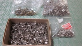 """LARGE LOT ASSORTED SIZE SAFETY PINS 3/4"""" TO 2"""" LONG SILVERTONE AND GOLDTONE - £11.62 GBP"""
