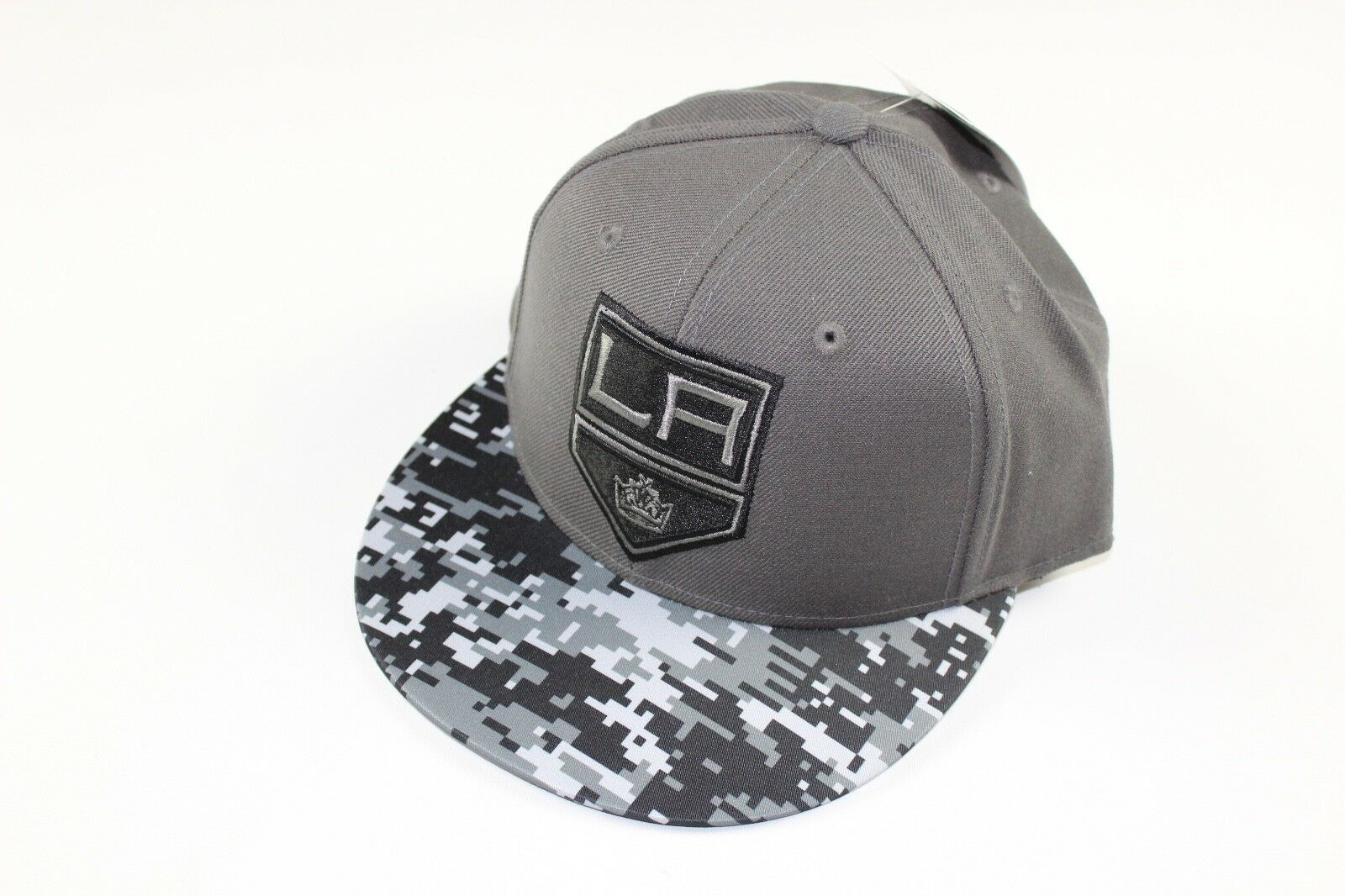 New Adidas Size 7 1/8 Los Angeles Kings NHL Hockey Digital Camouflage Fitted Hat