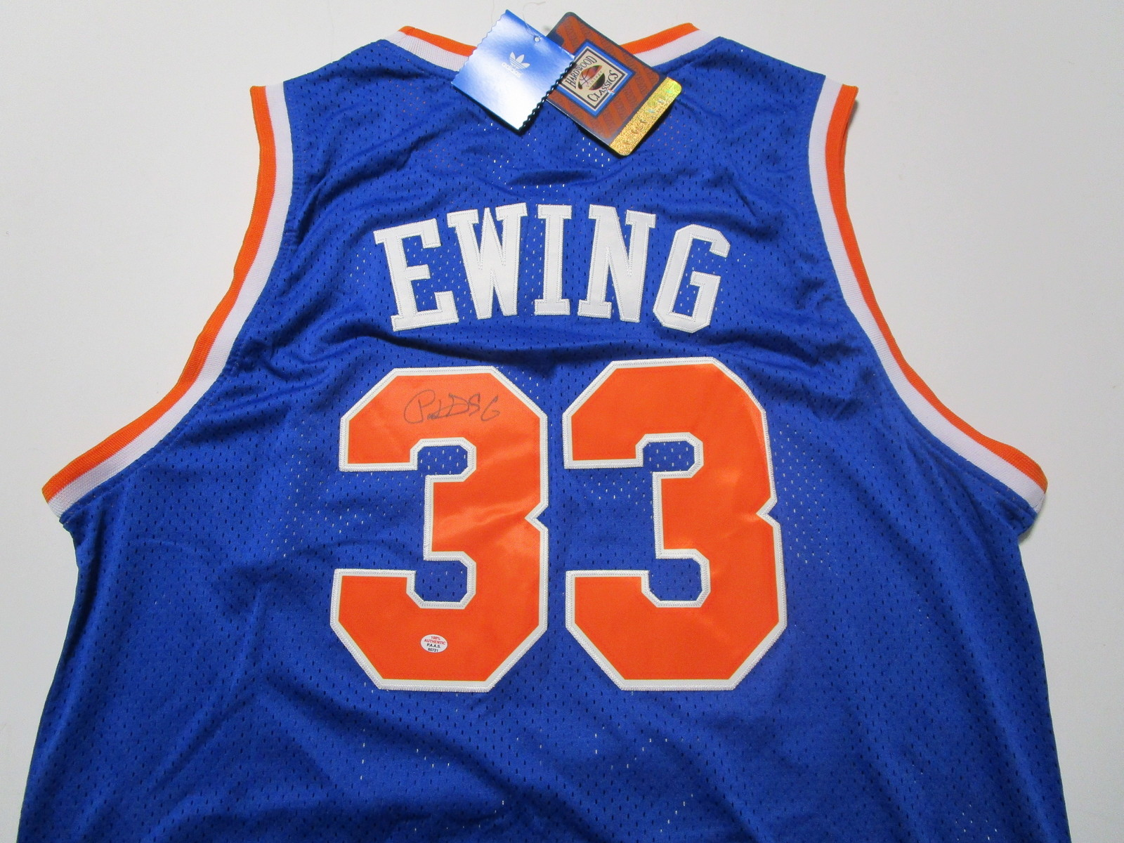 PATRICK EWING / NBA HALL OF FAME / AUTOGRAPHED N.Y KNICKS THROWBACK JERSEY / COA