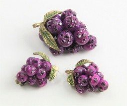ESTATE VINTAGE Jewelry FORBIDDEN FRUIT LUCITE PURPLE GRAPES SET BROOCH E... - $125.00