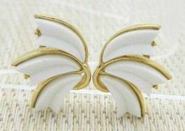 1950s CROWN TRIFARI White Thermoset Feather Gold Tone Clip Earrings Vintage - $49.50