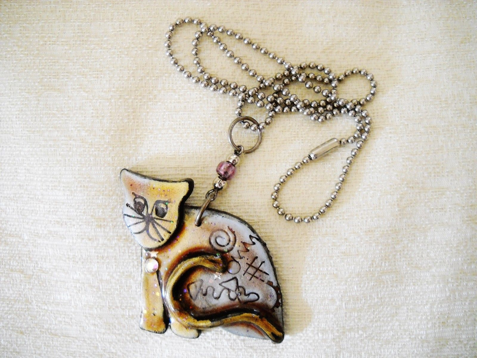 NWOT FUSED PLASTIC CAT PENDANT ON SILVER TONE CHAIN, SIGNED BY ARTIST