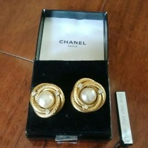 Authentic CHANEL Vintage Gold Pearl Clip Earrings Coco HCE155 - $406.30