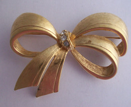 Clear Rhinestones Bow Brooch Avon Pin Textured Polished Goldtone Metal V... - $14.99