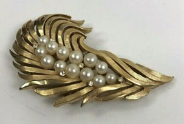 Vintage Crown TRIFARI FEATHER Faux Pearl with Clear Accents Brooch Pin Gold Tone - $51.43